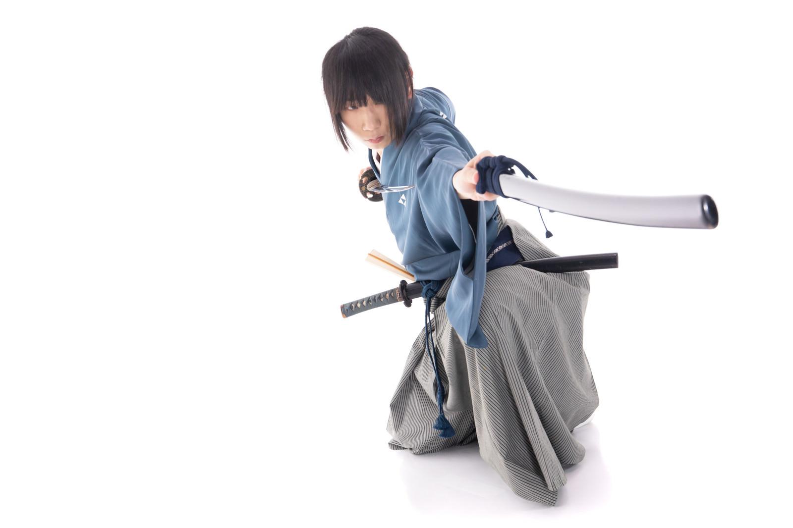 「刀の鞘を使った攻撃」の写真[モデル:まーこ]