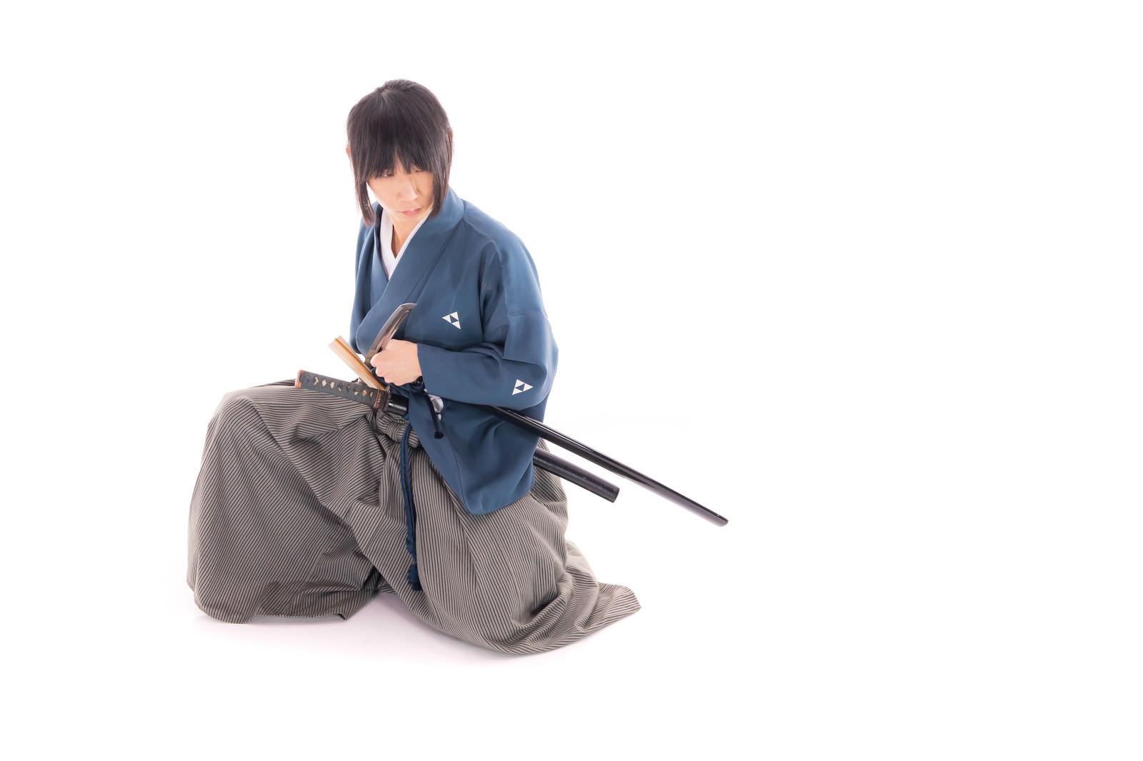 「座位での納刀をする侍」の写真[モデル:まーこ]