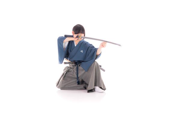 刀を構え敵を見据える侍の写真