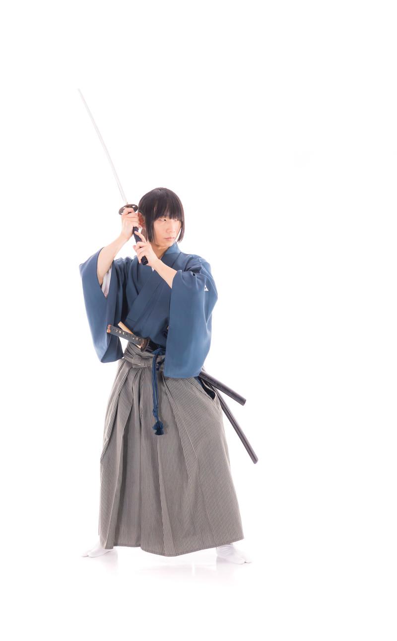「今から物を投げますんで、刀で斬ってもらえますかの撮影中」の写真[モデル:まーこ]