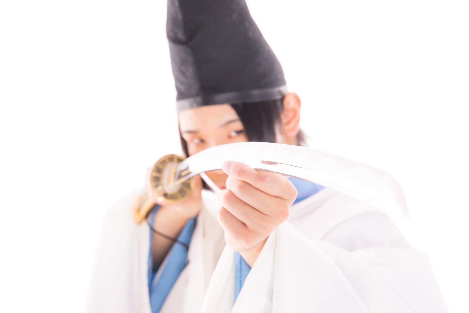 「刀で邪を払う陰陽師」の写真[モデル:まーこ]