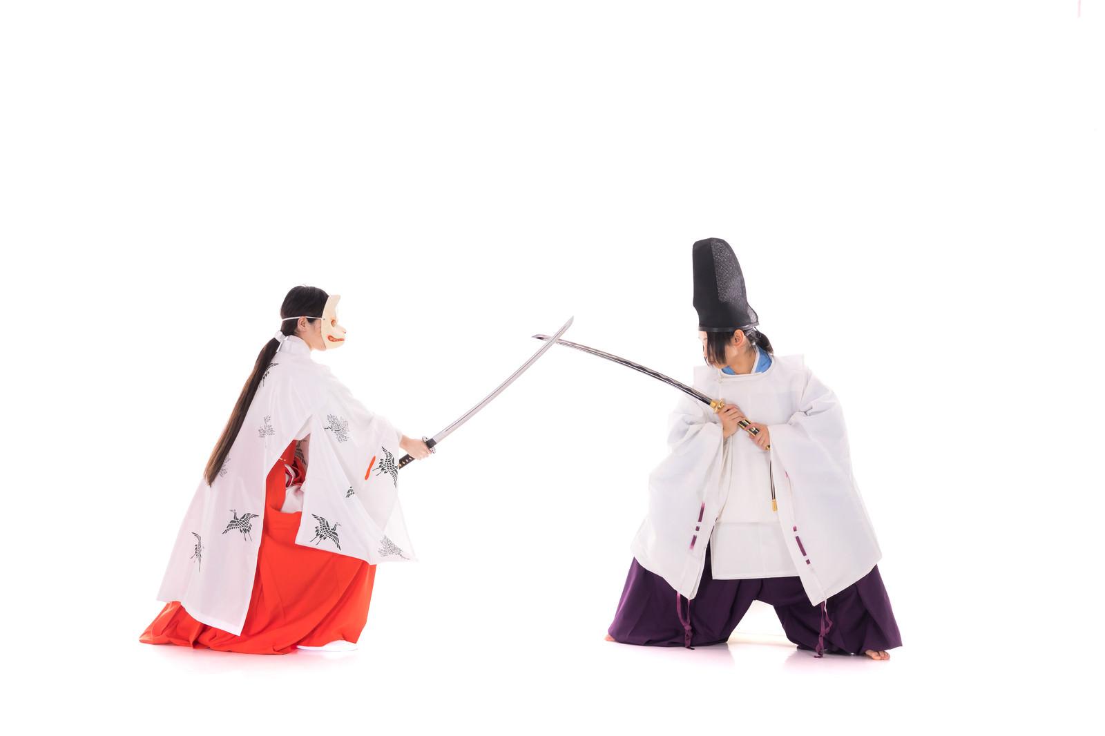 「狐巫女と一騎打ちで戦う陰陽師」の写真[モデル:まーこ 緋真煉]