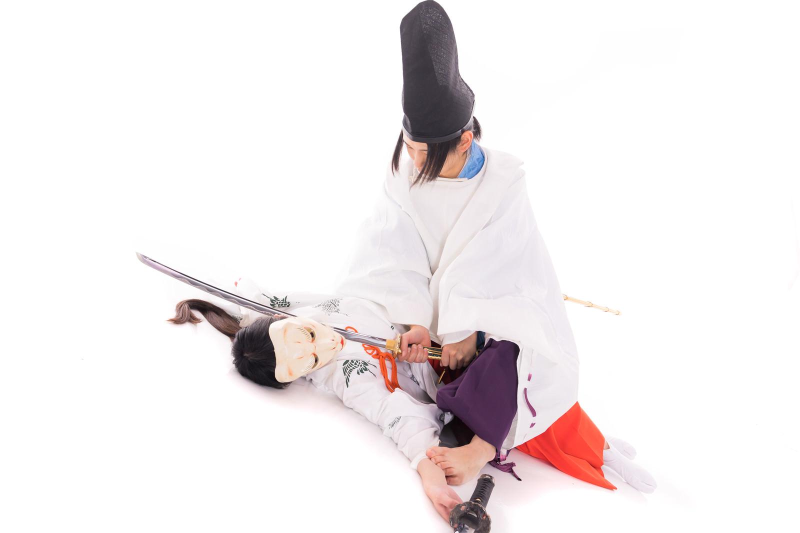 「狐巫女を仕留める陰陽師」の写真[モデル:まーこ 緋真煉]