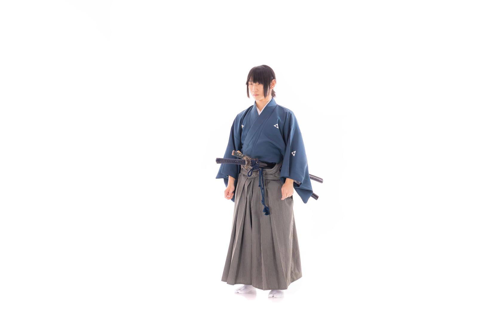 「帯刀した紋付袴姿の男性」の写真[モデル:まーこ]