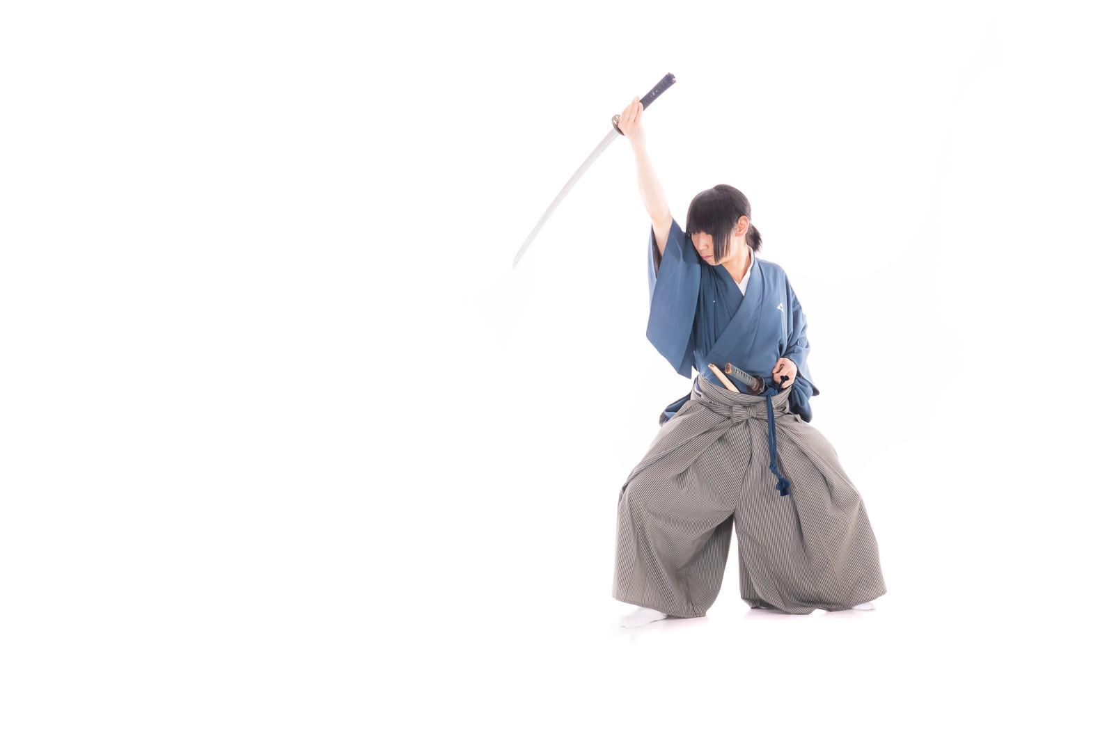 「斬りあげる侍」の写真