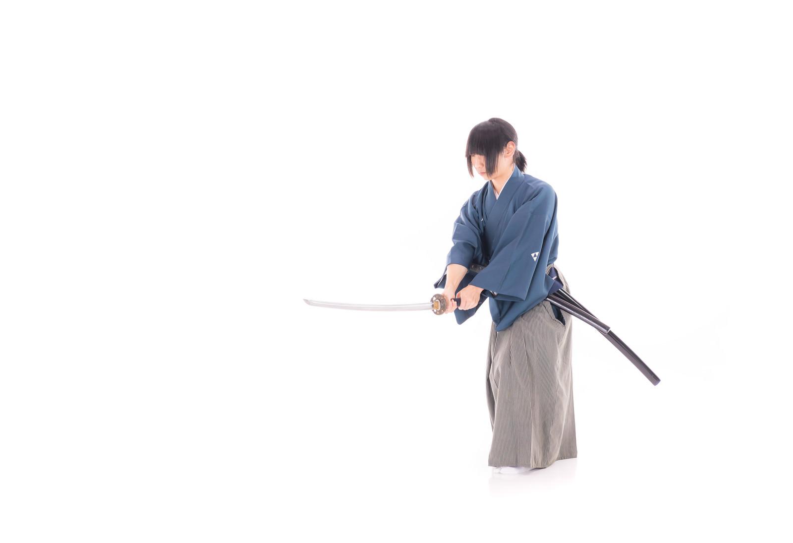 「刀を振り下ろす侍」の写真