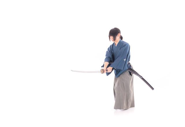 刀を振り下ろす侍の写真
