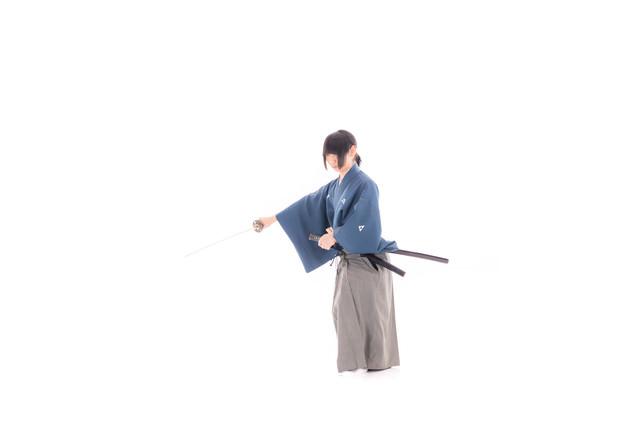 刀をはらう剣士の写真