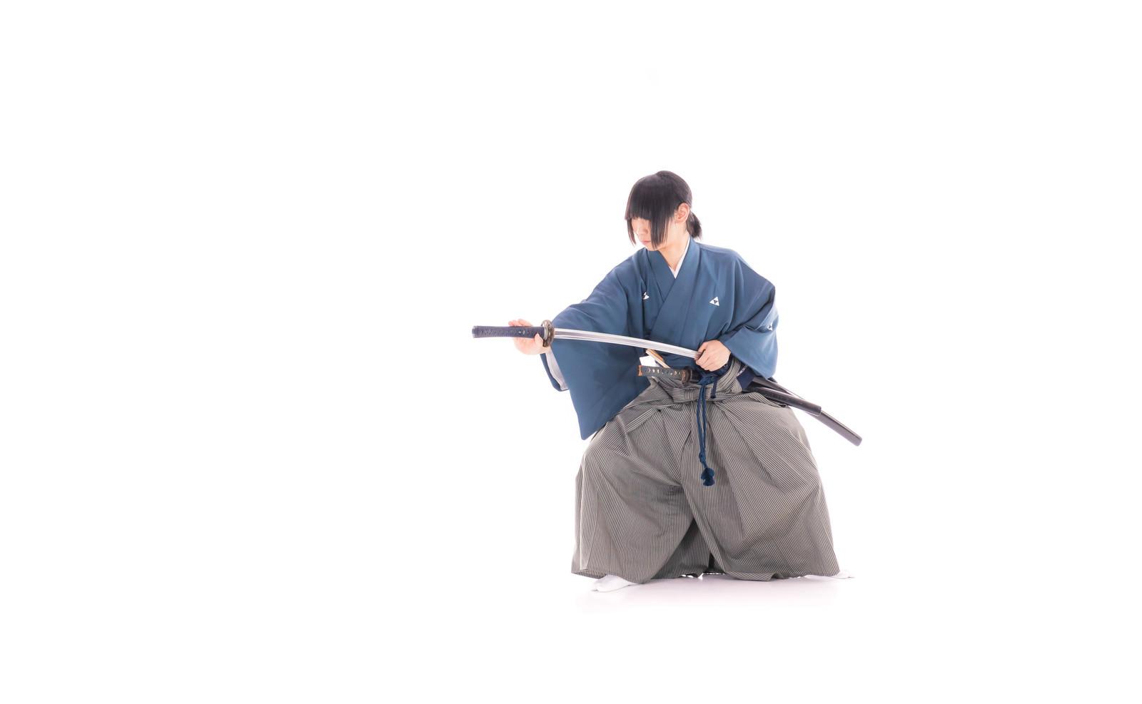 「納刀する袴姿の侍」の写真[モデル:まーこ]