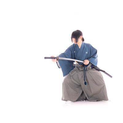 納刀する袴姿の侍の写真