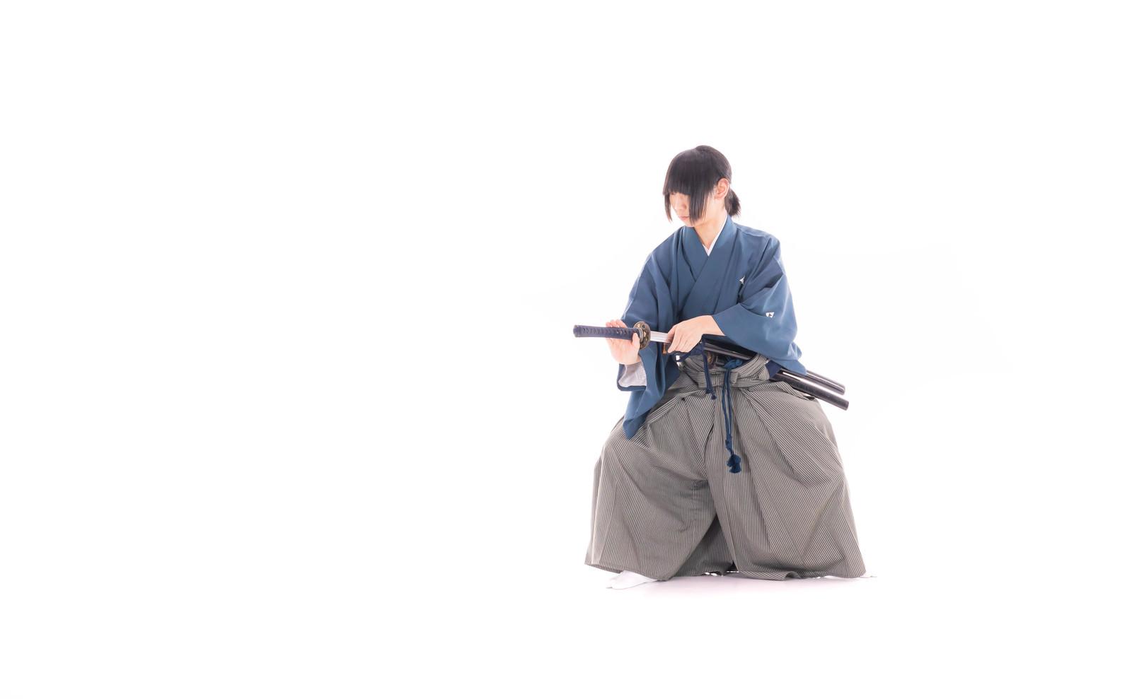 「刀を鞘に納める刀剣男士」の写真[モデル:まーこ]