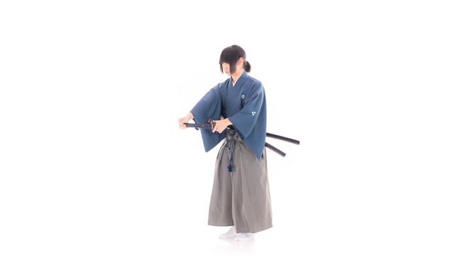 刀を整える侍の写真