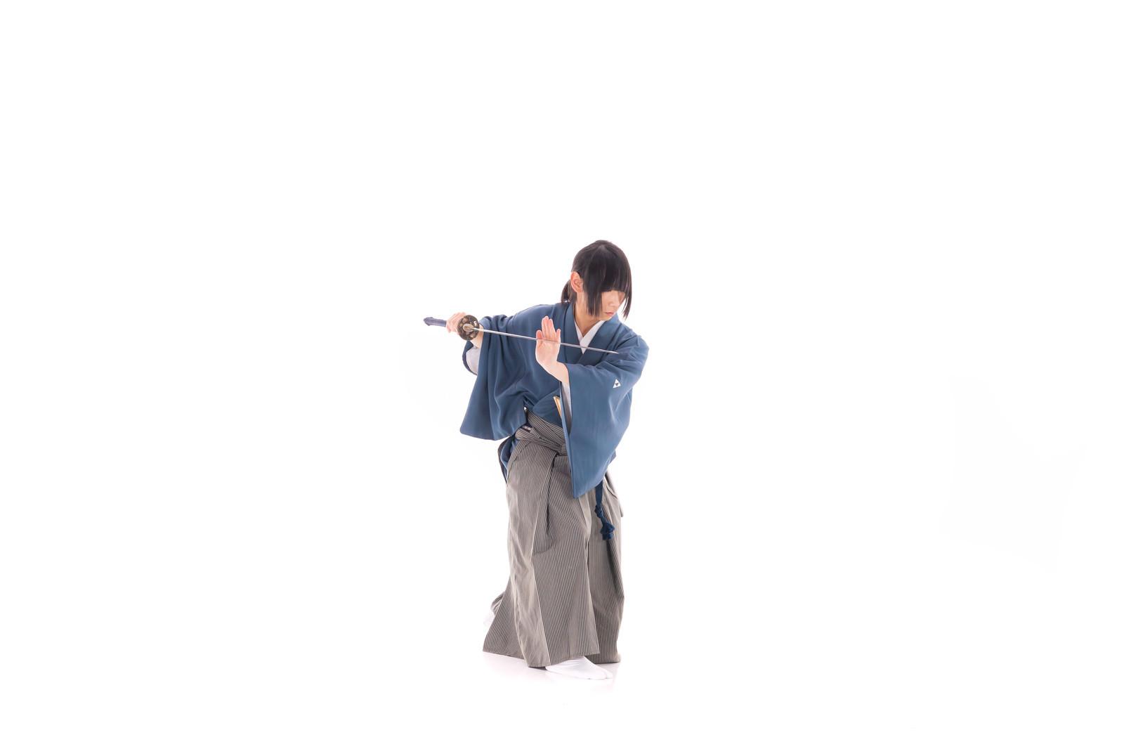 「刀に手を添える(天心流兵法代範)」の写真[モデル:まーこ]