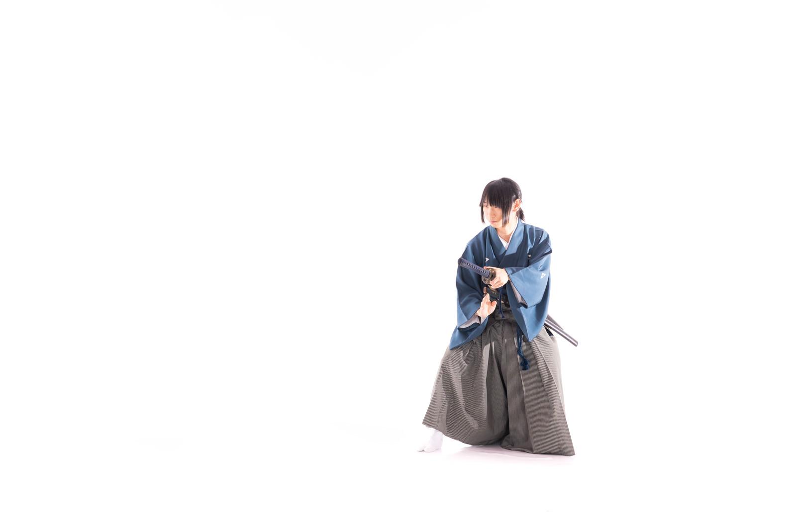 「敵対し日本刀(刀剣)を抜く直前」の写真[モデル:まーこ]
