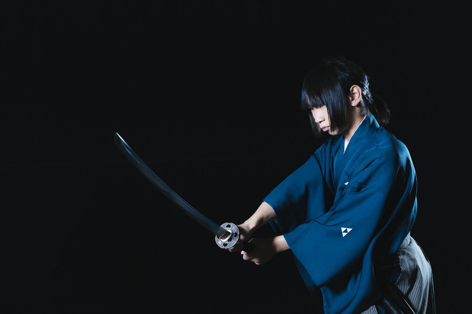 「闇討ちを掛ける侍」の写真[モデル:まーこ]