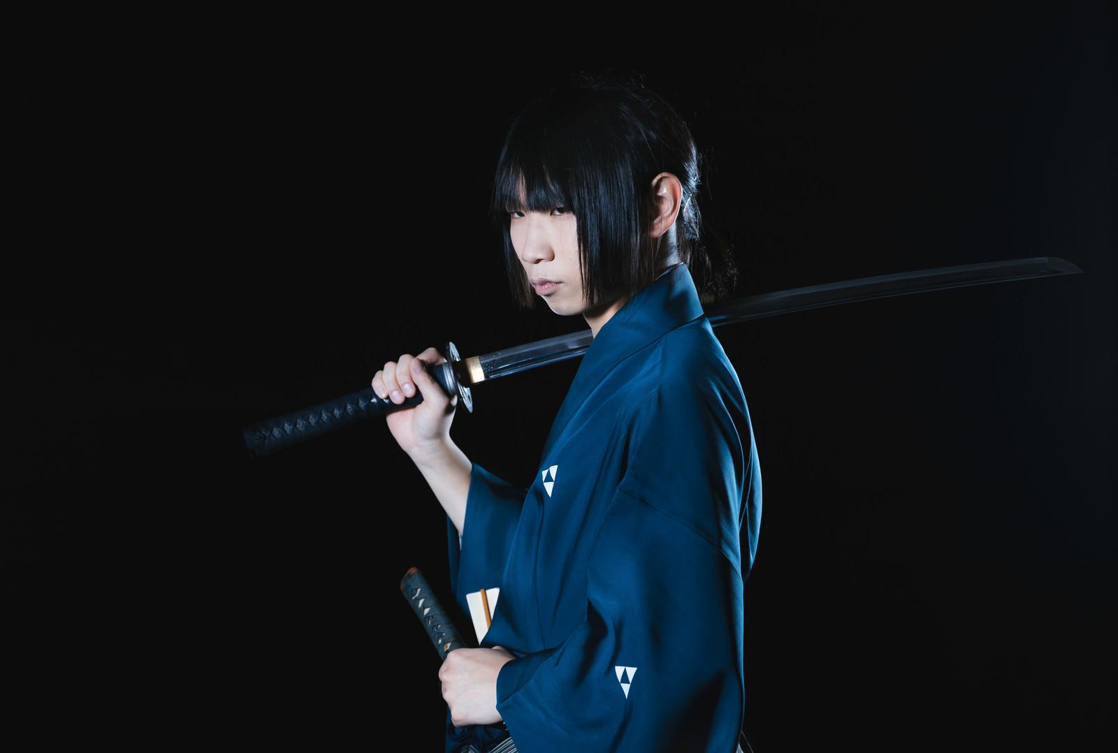 「暗闇の中で刀を担ぐ侍」の写真[モデル:まーこ]