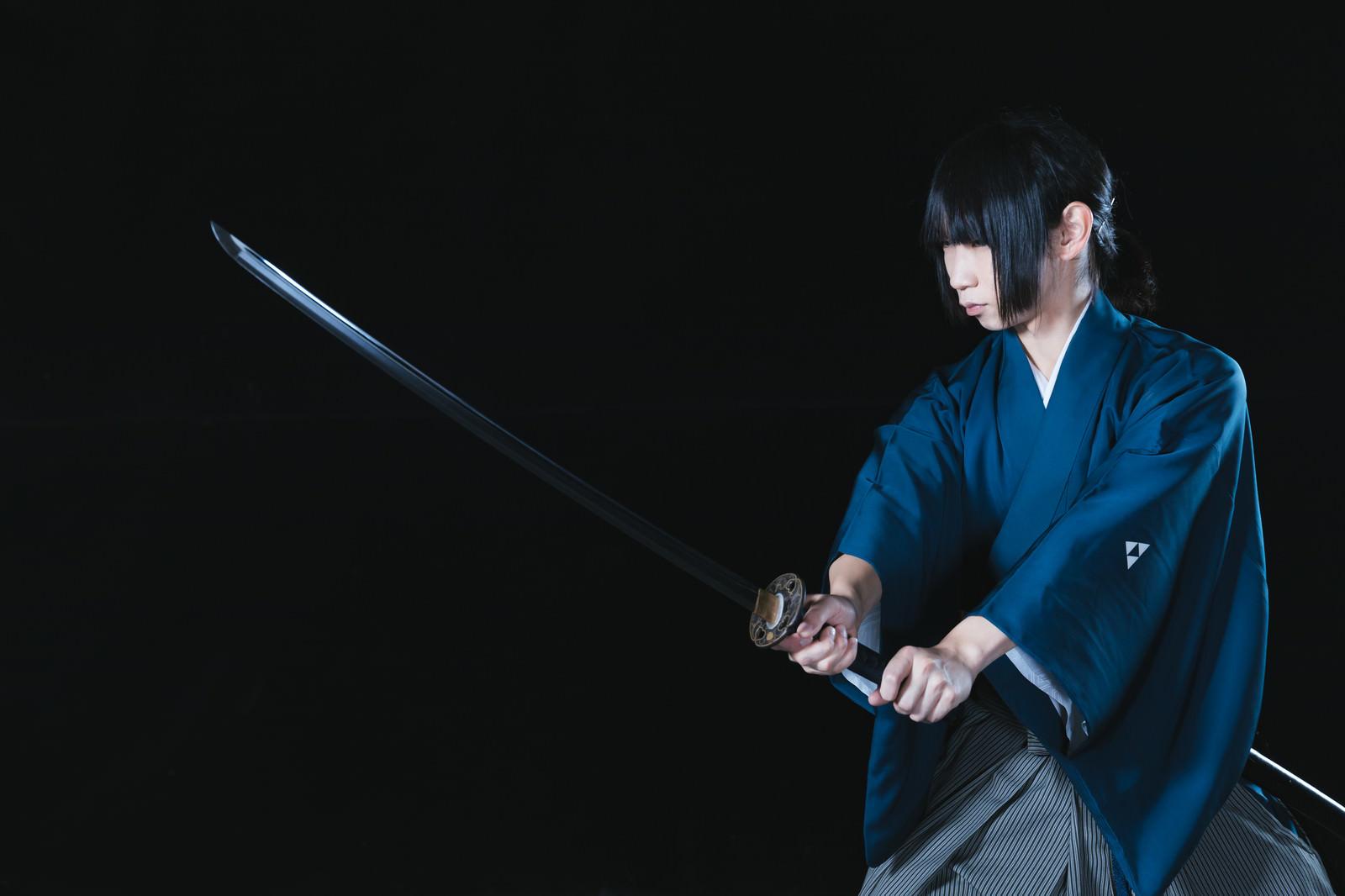 「暗闇の中、抜刀する若い侍」の写真[モデル:まーこ]
