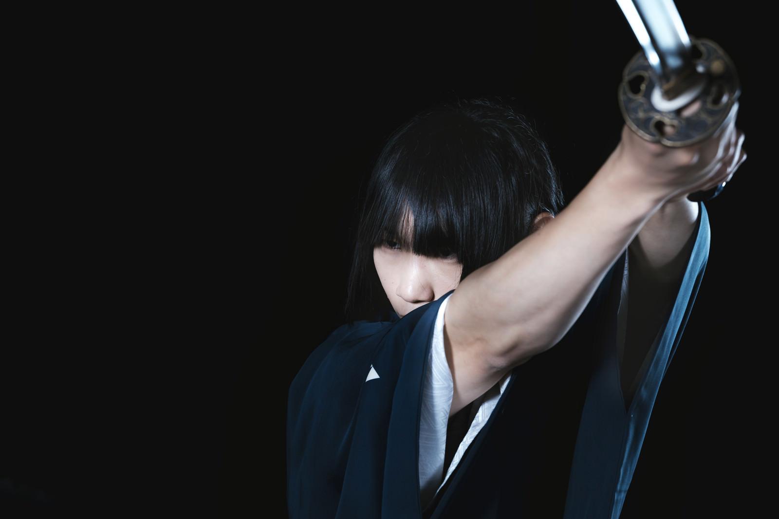 「敵を斬り上げる侍」の写真[モデル:まーこ]