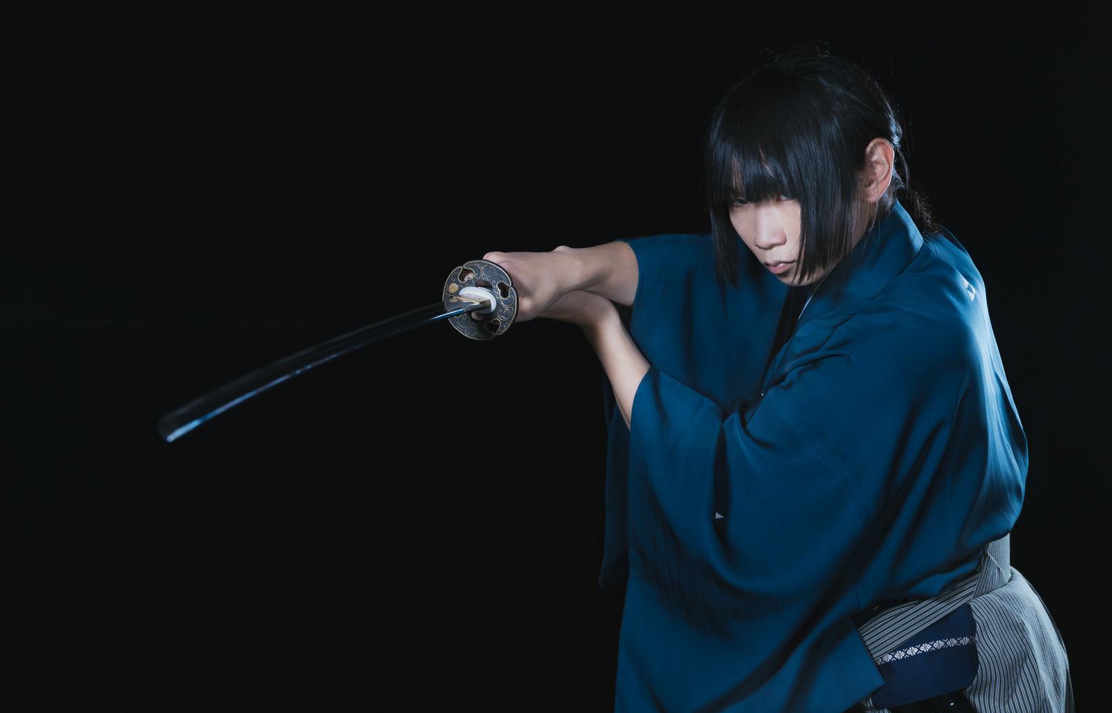 「暗闇の中で刀を抜く侍」の写真[モデル:まーこ]