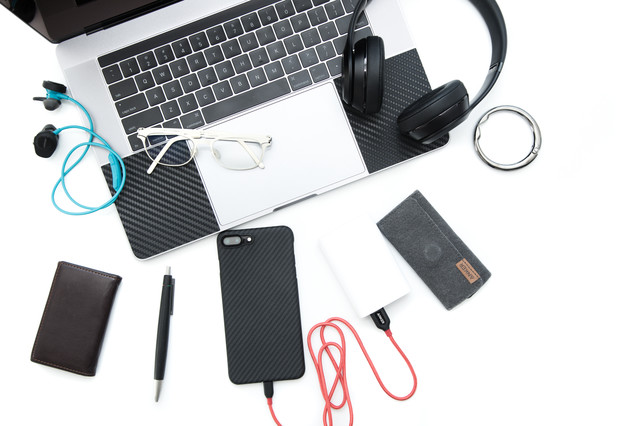 スマホやヘッドフォン、モバイルバッテリーなどの小物一覧の写真