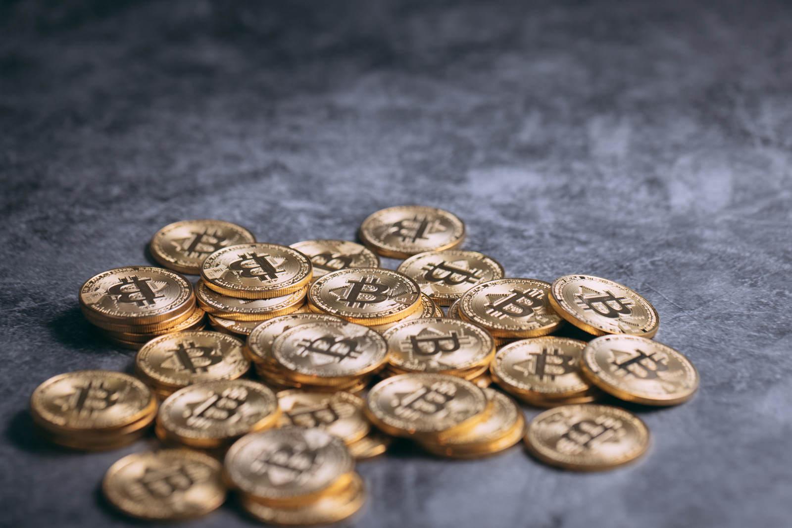 「輝く散らばったビットコイン」の写真