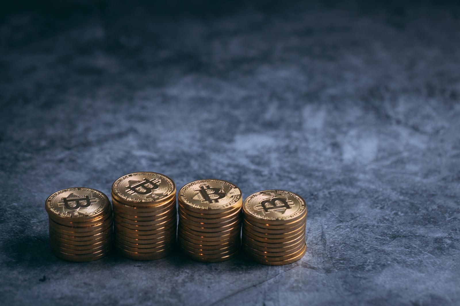 「並列に積み上げた金貨(ビットコイン)」の写真