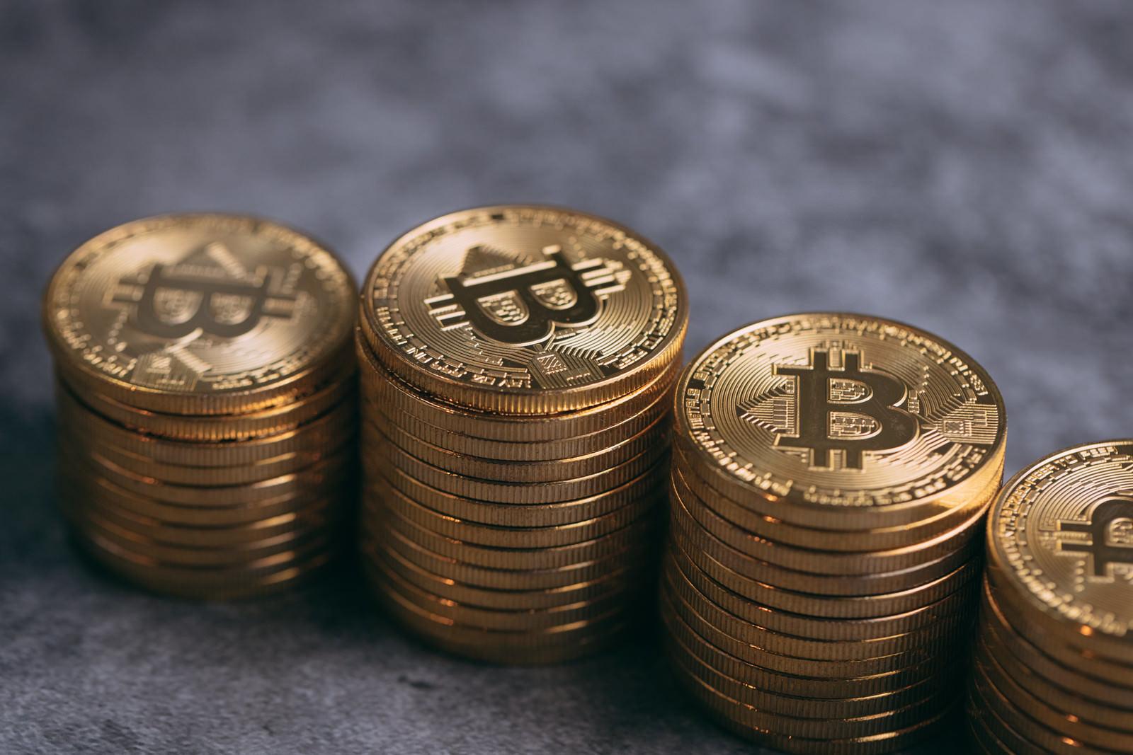 「黄金色の積み上げたビットコイン」の写真