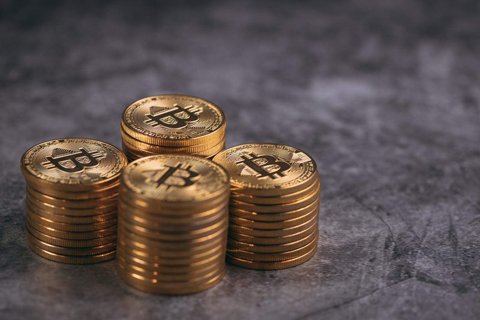 「積み上げた四つ山のビットコイン」の写真