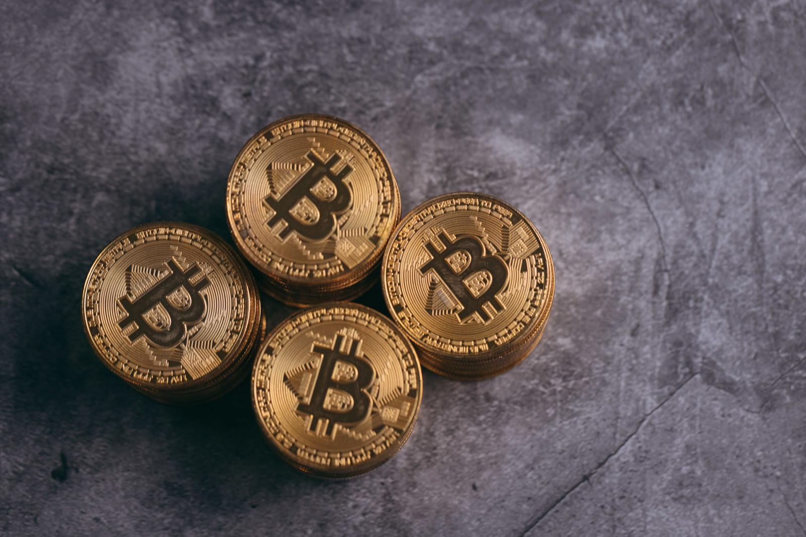 「積み上がった金貨(ビットコイン)を見下ろす」の写真