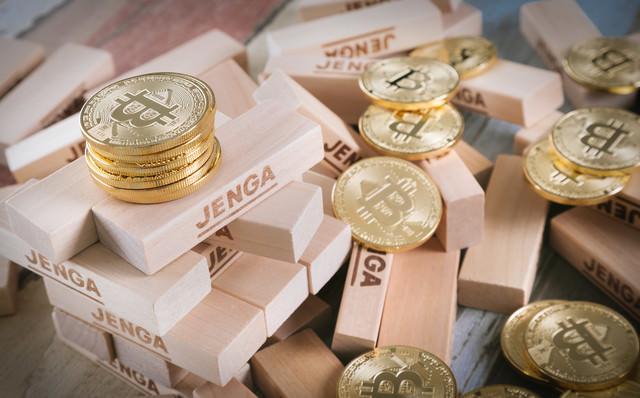 崩壊して散らばったビットコインの写真