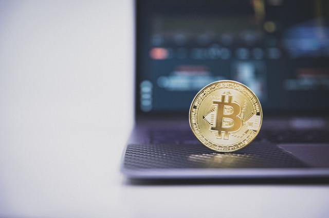 PCを使って仮想通貨取引の写真