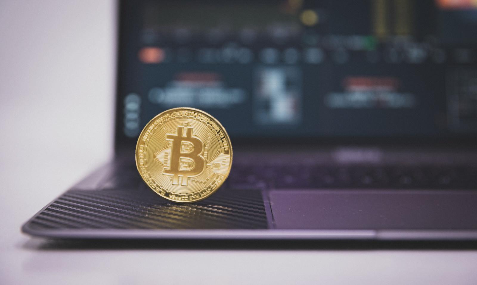 「暗号資産の投資にパソコンを使う」の写真