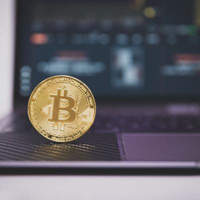 暗号資産の投資にパソコンを使うの写真
