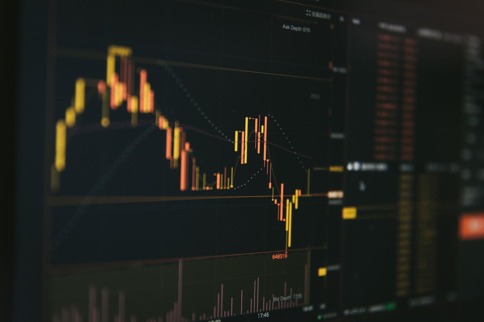 「乱高下するビットコインのチャート」の写真