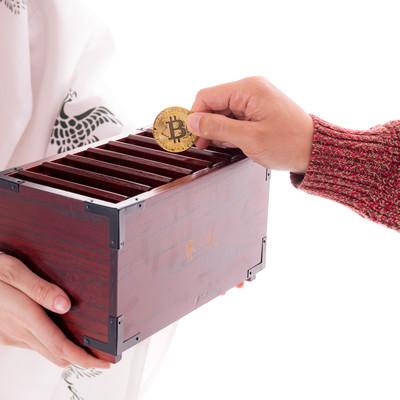 賽銭中のビットコインの写真