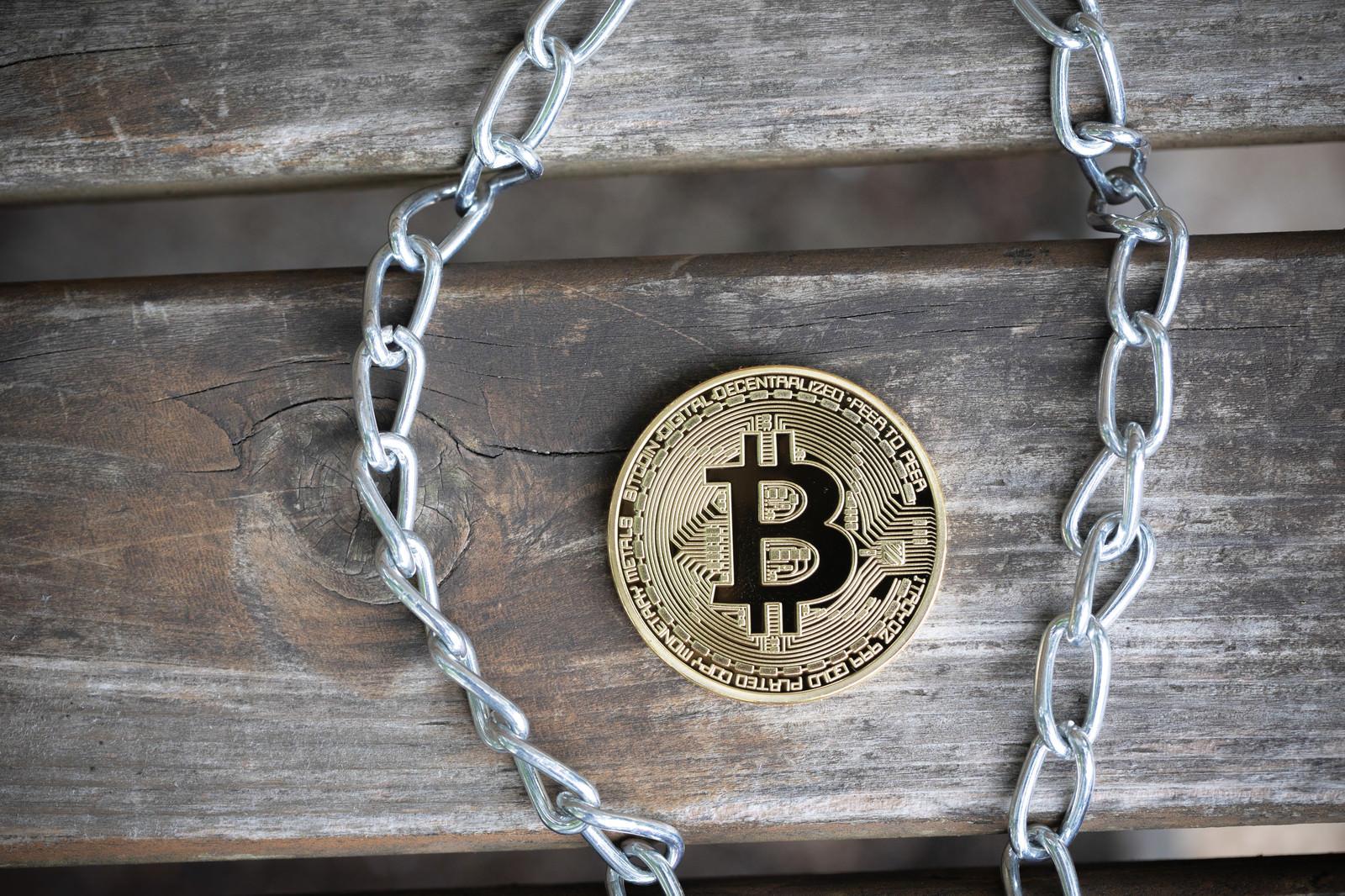 「鎖(チェーン)とビットコイン」の写真