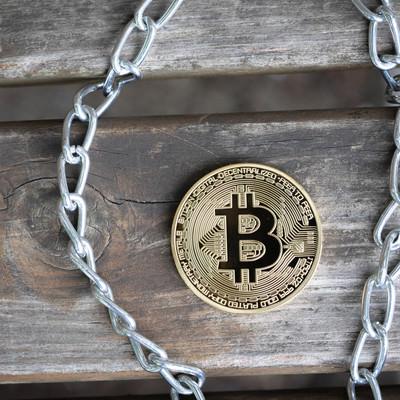 鎖(チェーン)とビットコインの写真
