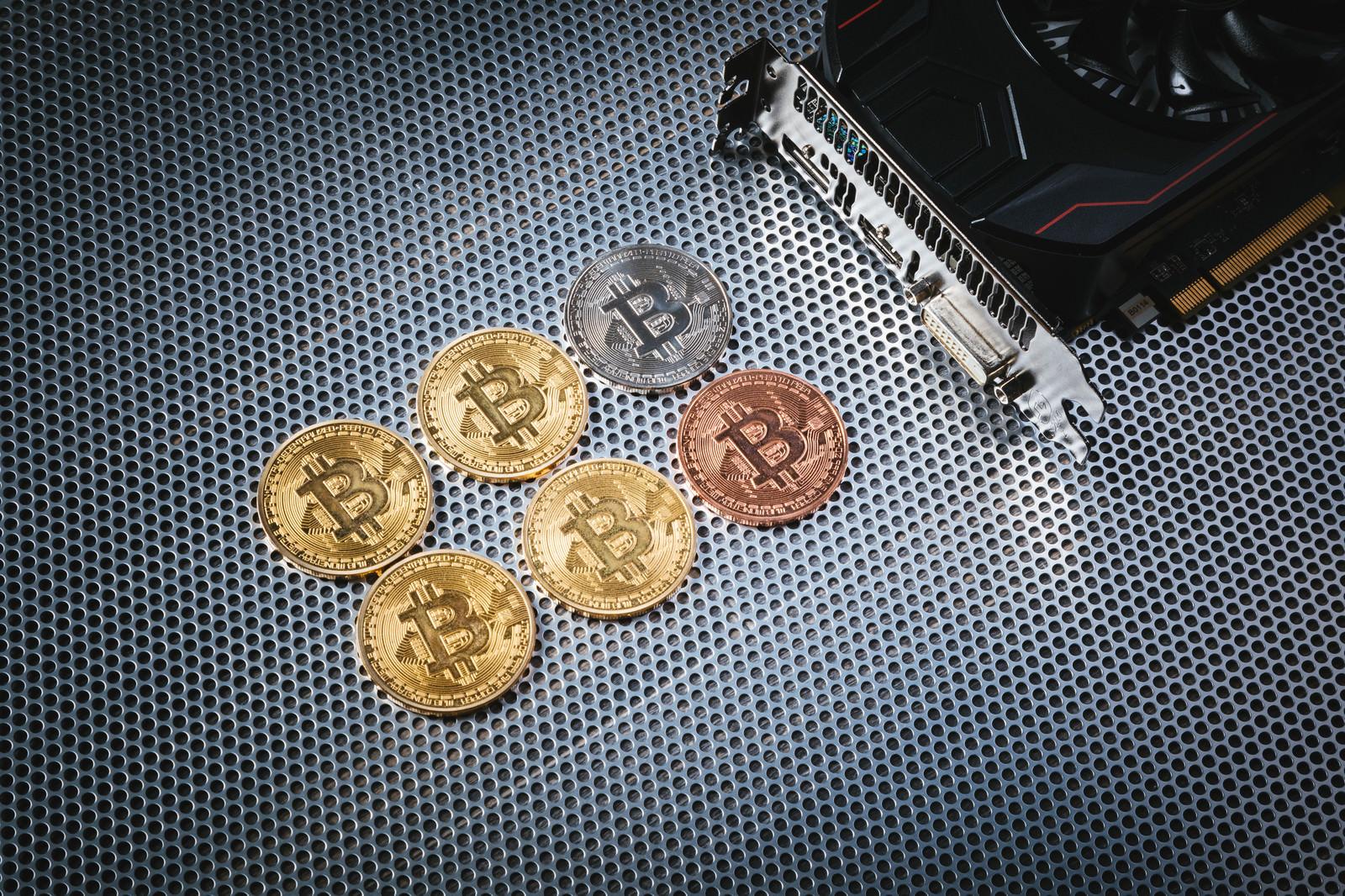 「GPUマイニングで仮想通貨を採掘」の写真