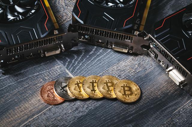 マイニングでビットコインを稼ぐの写真