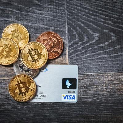 デビットカードと仮想通貨の写真
