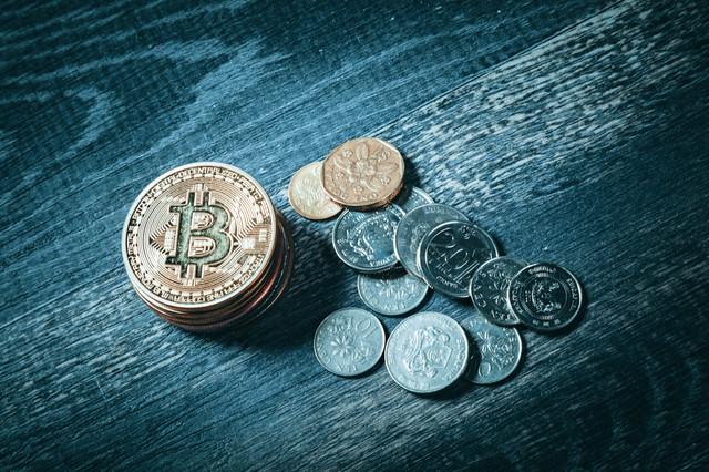 ビットコインとシンガポールドルのコインの写真