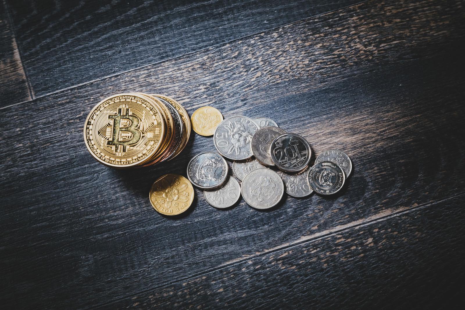 「仮想通貨と通貨(シンガポールドル)」の写真