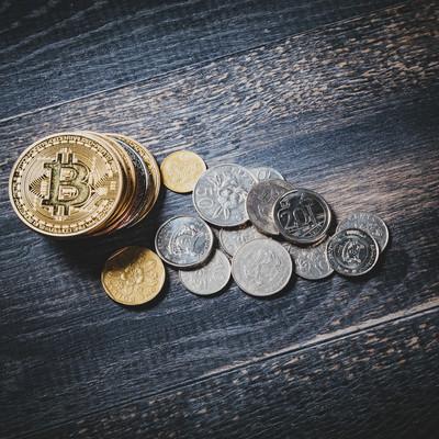 仮想通貨と通貨(シンガポールドル)の写真