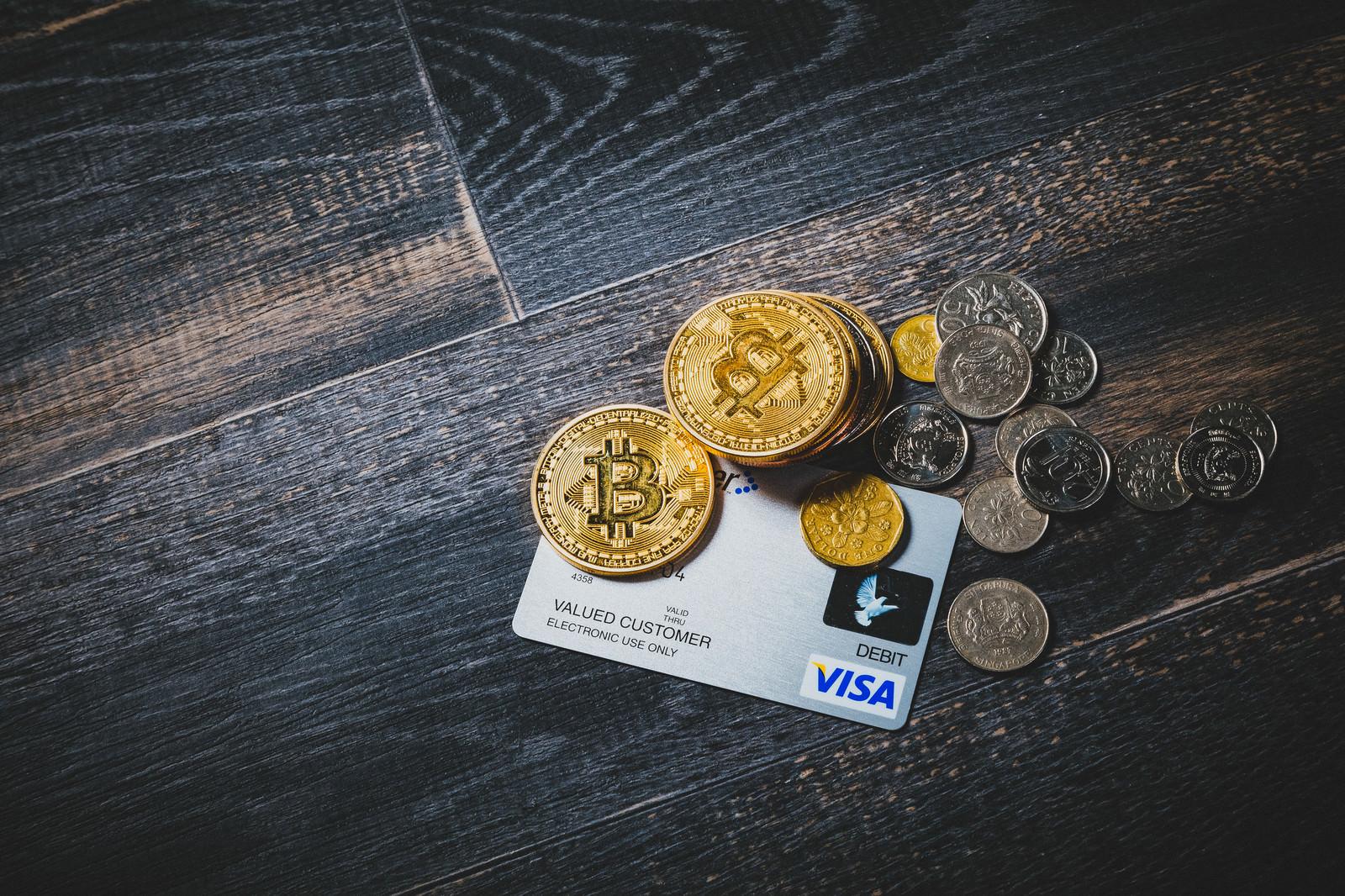 「クレジットカードとビットコインや通貨」の写真