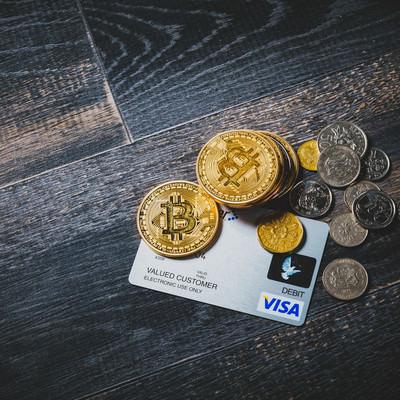クレジットカードとビットコインや通貨の写真