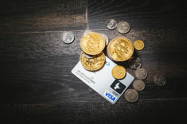 仮想通貨と現金とクレカの写真