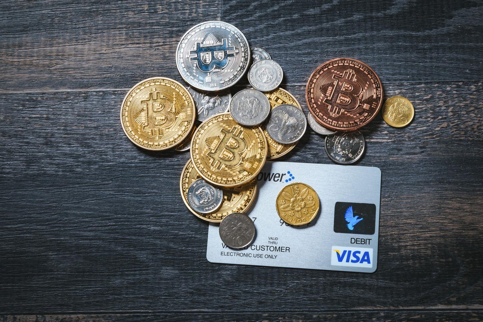 「仮想通貨と貨幣とクレジットカード仮想通貨と貨幣とクレジットカード」のフリー写真素材を拡大