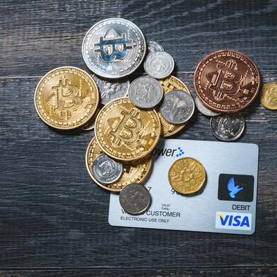 仮想通貨と貨幣とクレジットカードの写真