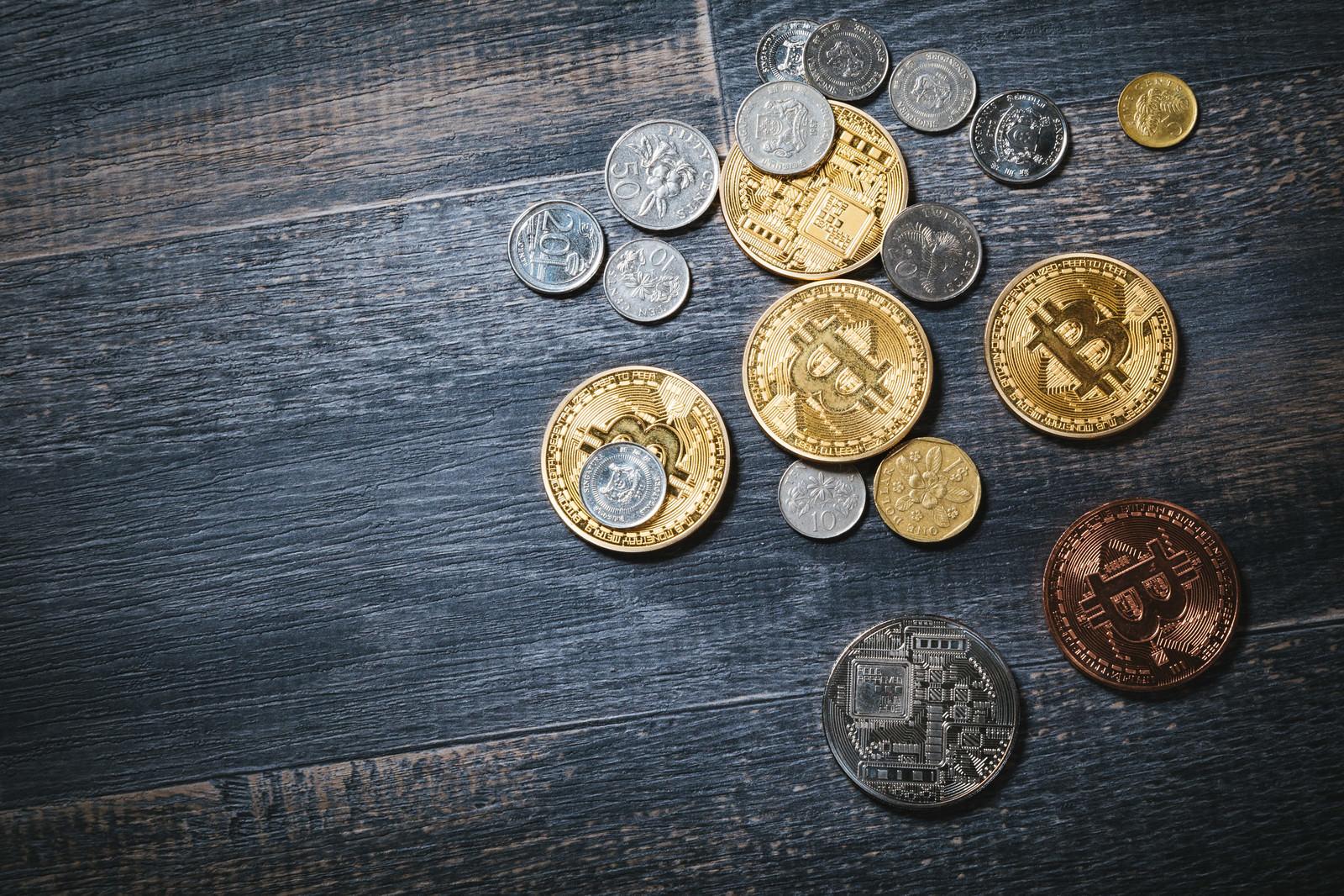「散らばったビットコインと貨幣散らばったビットコインと貨幣」のフリー写真素材を拡大