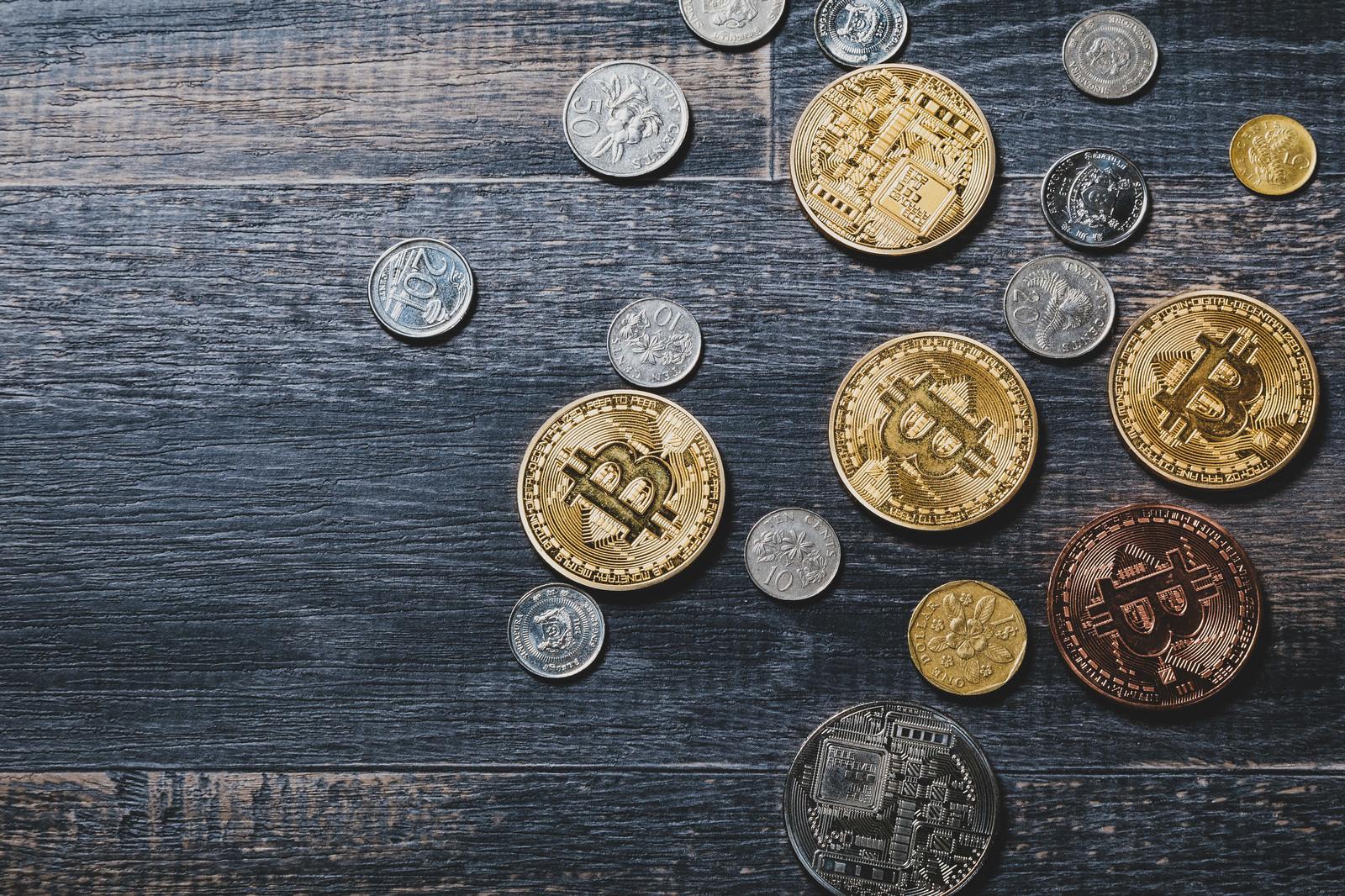「ビットコインとシンガポールのコイン」の写真